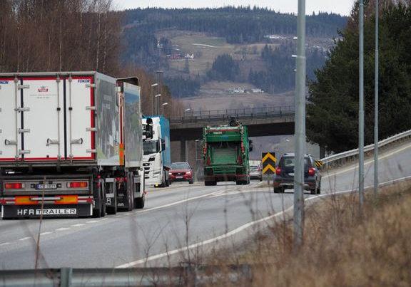 Det passerer i dag i gjennomsnitt ca. 18000 kjøretøy pr. døgn på E6-brua ved Lillehammer. Trafikken på eksisterende E6 vil øke til ca. 21300 kjøretøy i 2030 og hele 24700 i 2050. (Foto fra avkjøring Lillehammer Nord).